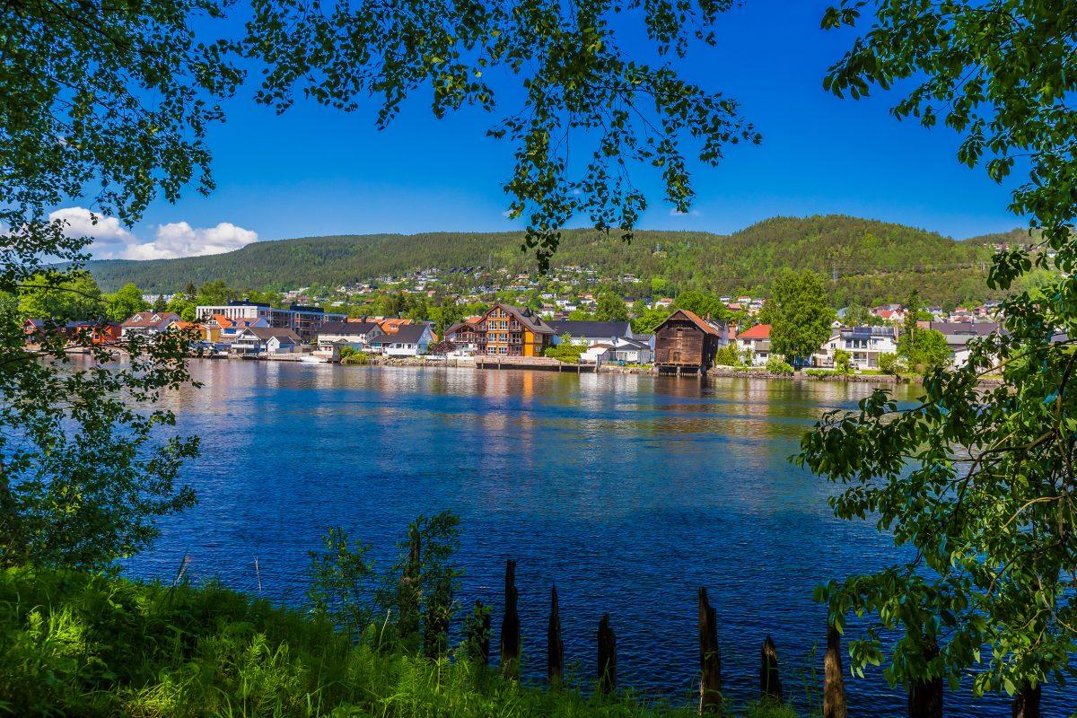 Bilde fra elvebredden mot Drammen